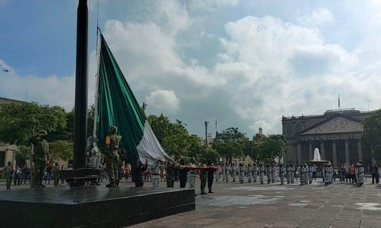 Sin gente, realizan el izamiento de la Bandera Mexicana en Jalisco